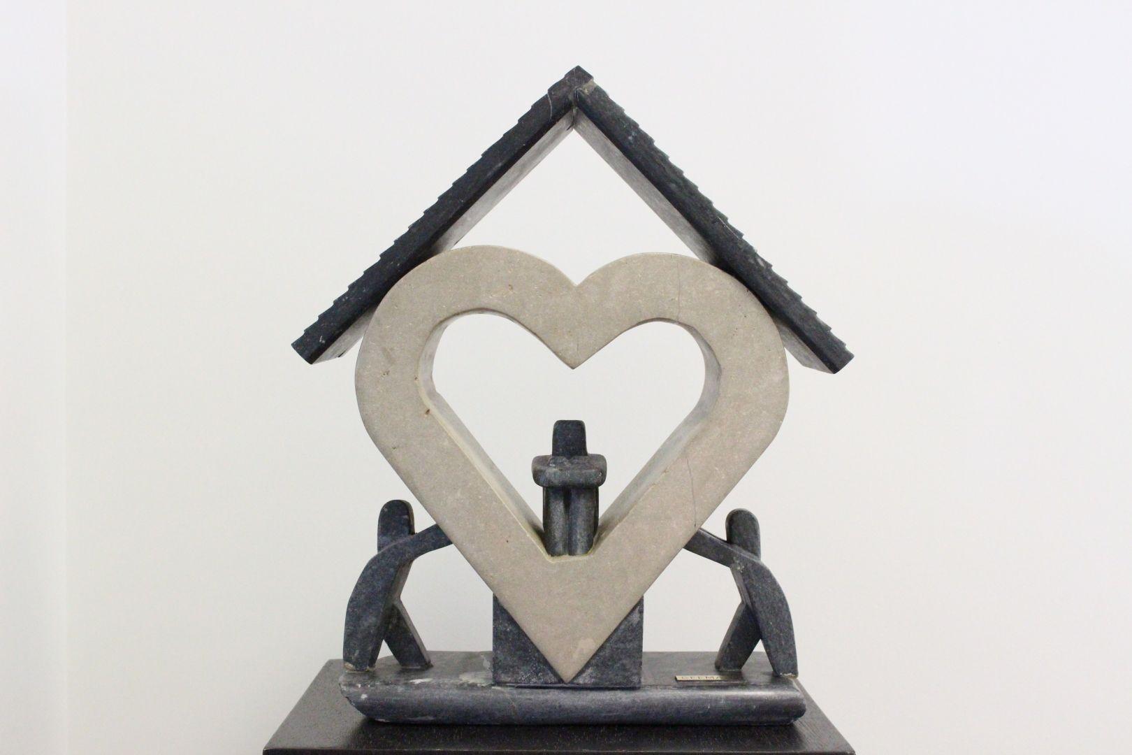 standbeeld vrijwilligers dragen hart